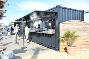 Grauer Frachtcontainer für Catering und Imbiss.